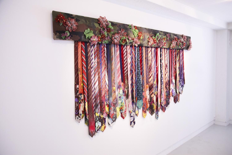 """Sandra D Lecoq, """"De vous rien ne m' émeut"""" , 2013, 125 x 250 cm, Tissus, perles, fil de fer et peinture"""
