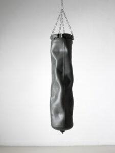 Sans titre, 2016 bouteille de gaz, chaîne galvanisée peinture aérosol 170 x 30 x 30 cm